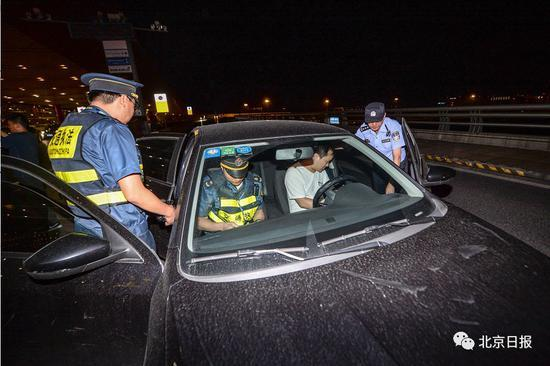 首都机场夜查:非京籍滴滴司机执法人员面前还接单