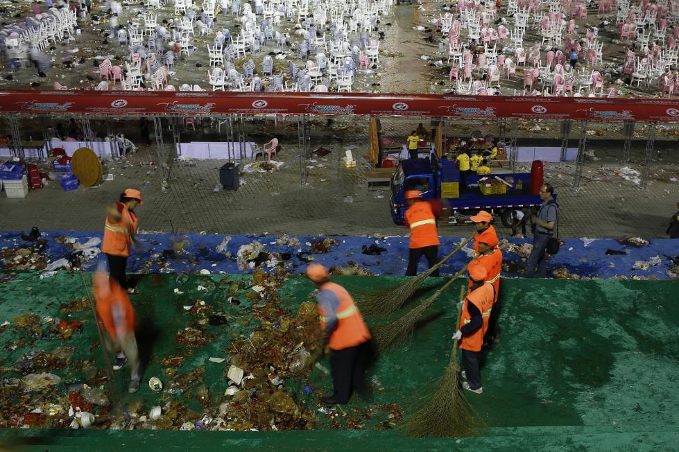 万人龙虾盛宴后 300名环卫工人清理了5小时(图)