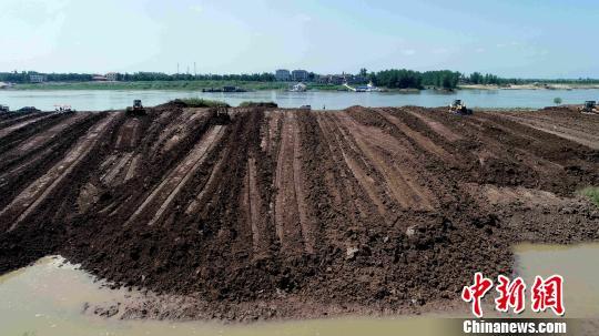 泥堤被推成了沙洲。 廖文 摄