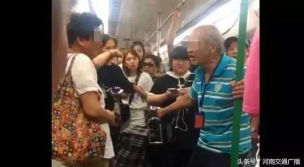 老汉地铁上索座不成掌掴大妈 被乘客齐声谴责
