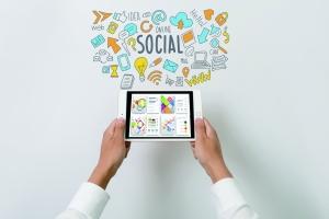 习惯展示完美修饰过的生活 刷社交软件加剧中年焦虑