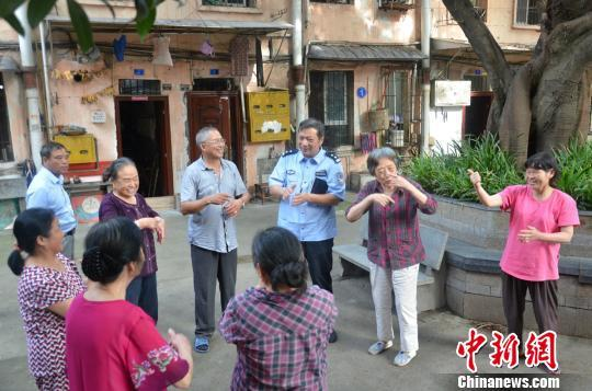 """四川自贡社区民警拜师学手语 成为聋哑居民""""知心人"""""""