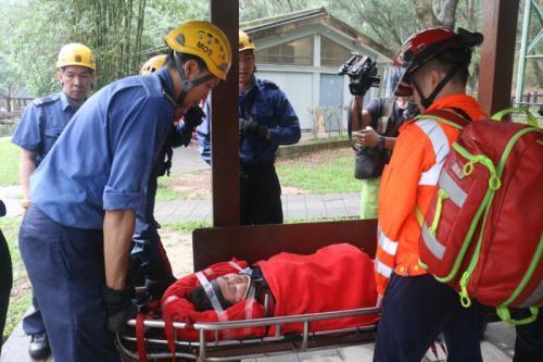 香港女子上山减压失足坠崖 消防员3小时冒雨救人