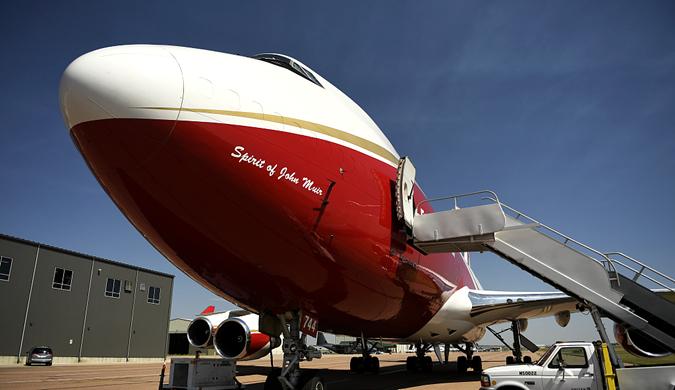 """实拍世界最大消防飞机""""超级水箱"""" 由波音747改装而成"""