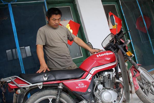 男子儿子21年前被拐 为寻亲骑坏10辆摩托车