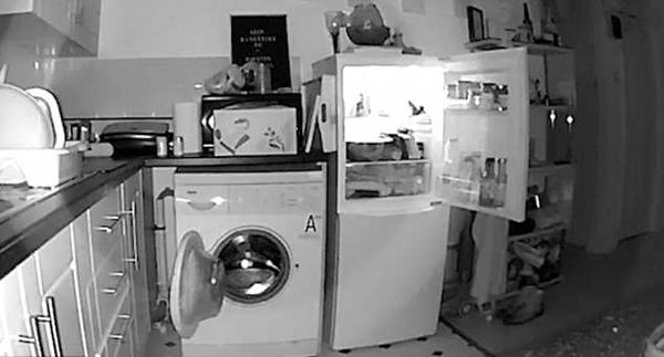 英夫妇家中电器门半夜自动打开 视频记录全过程