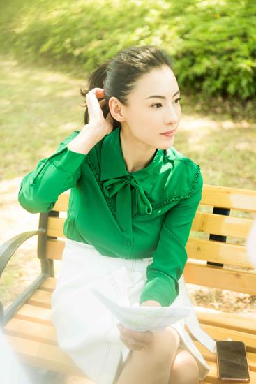 张柏芝绿衣高马尾清新减龄 职场女性优雅魅力
