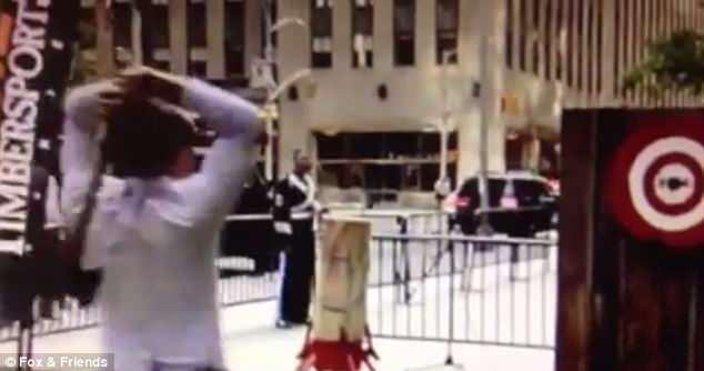 美国电视节目主持人扔斧子误伤他人被告上法庭