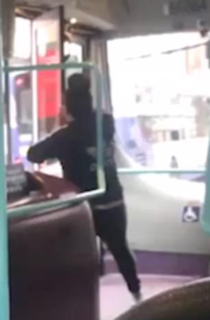 活久见!英女子强行撬开巴士后门迫司机停车