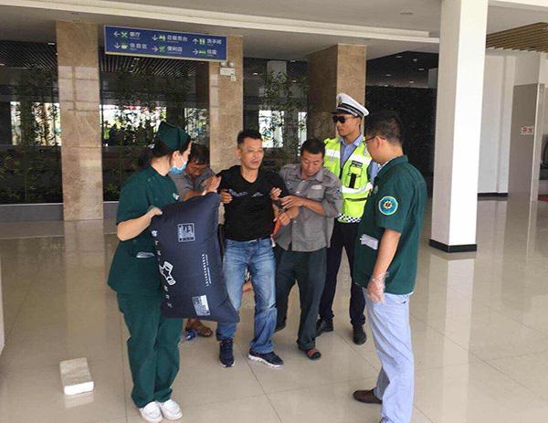 湖北宜城一出租车燃气泄漏致4乘客中毒,高速交警紧急施救