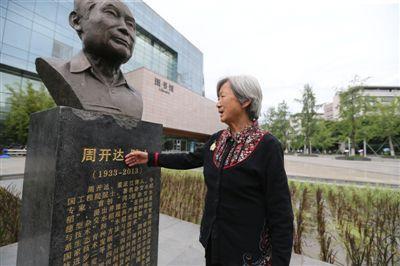 见像如面 院士逝世五年 夫人每天去看雕像相伴