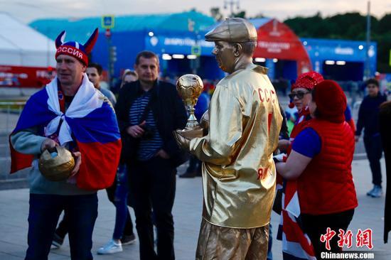 各国球迷赴俄看球花样百出:有人开拖拉机 有人想带鸡