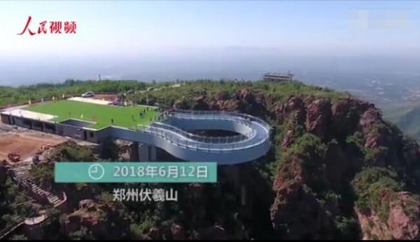 """偶像剧""""同款""""!全球最长玻璃环廊郑州落成 伸出悬崖30米"""