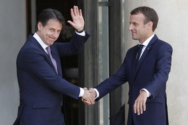 """难民问题""""口水战""""后 马克龙与意大利总理孔特尴尬会面"""