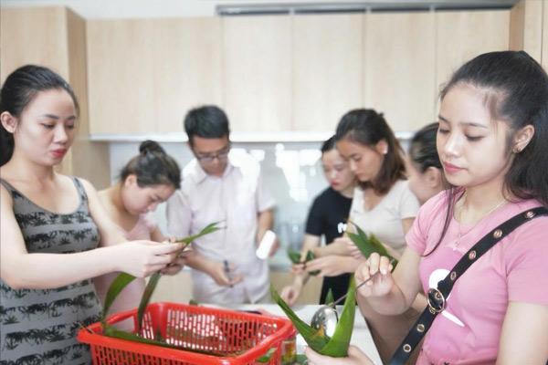 广西高校东盟留学生包粽子欢庆端午节