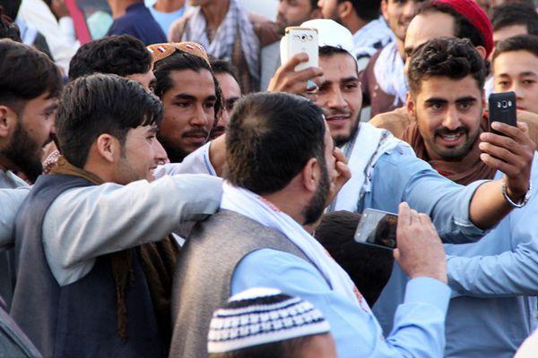 17年来首次!塔利班组织宣布停火3天 与阿富汗民众自拍
