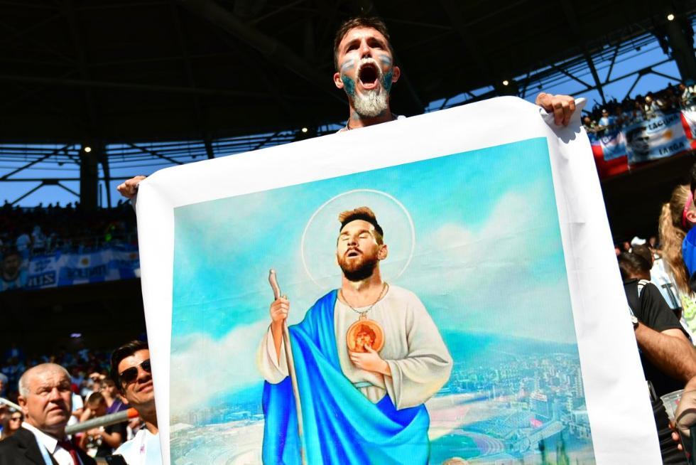 阿根廷疯狂球迷高举海报怒吼世界:梅西!足球之神!