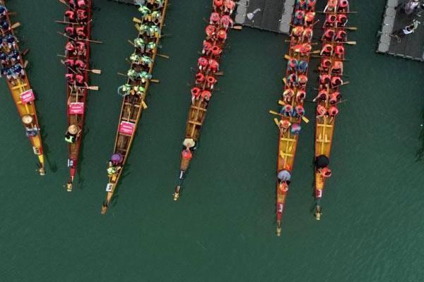 四川嘉陵江畔30万民众雨中观看龙舟赛