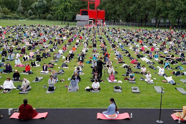 法国民众集体练瑜伽 迎接国际瑜伽日