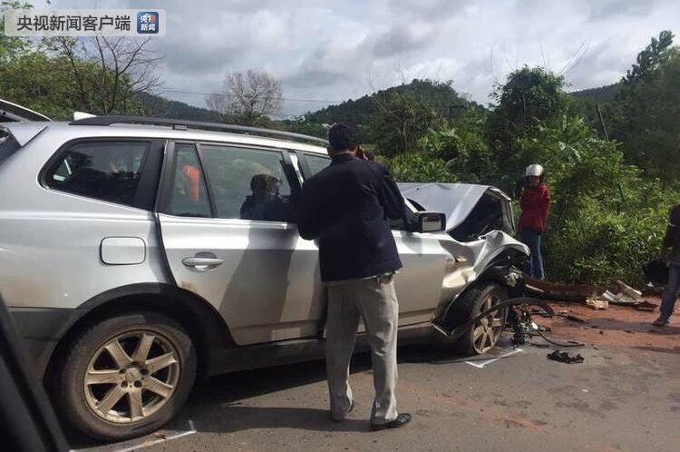 柬埔寨亲王车队遭对向行驶车辆碰撞 亲王王妃受重伤