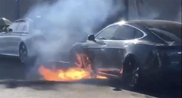 特斯拉Model S行驶中电池起火自燃:幸未伤人