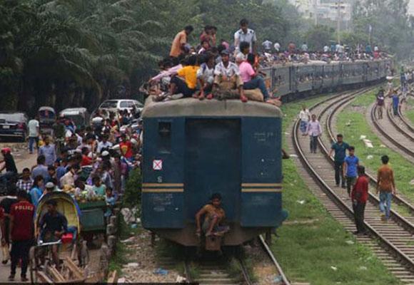"""实拍孟加拉国""""返乡潮"""" 火车顶坐满人场面火爆"""