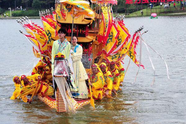 2018上海宝山罗店龙船文化节在美兰湖畔举行 迎接端午节
