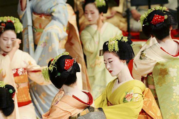 实拍日本歌舞伎排练 衣着华美步伐婀娜