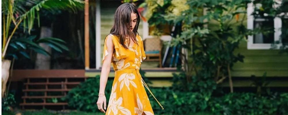 穿上这条度假裙,能马上闻到阳光和沙滩的味道!