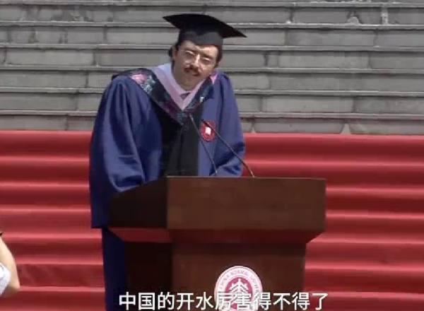 """""""中国开水""""因毕业致辞意外走红,消化内科专家:多喝水就行"""