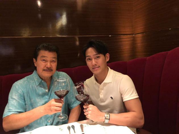 赵雅芝72岁丈夫老当益壮 与儿子一起健身过父亲节