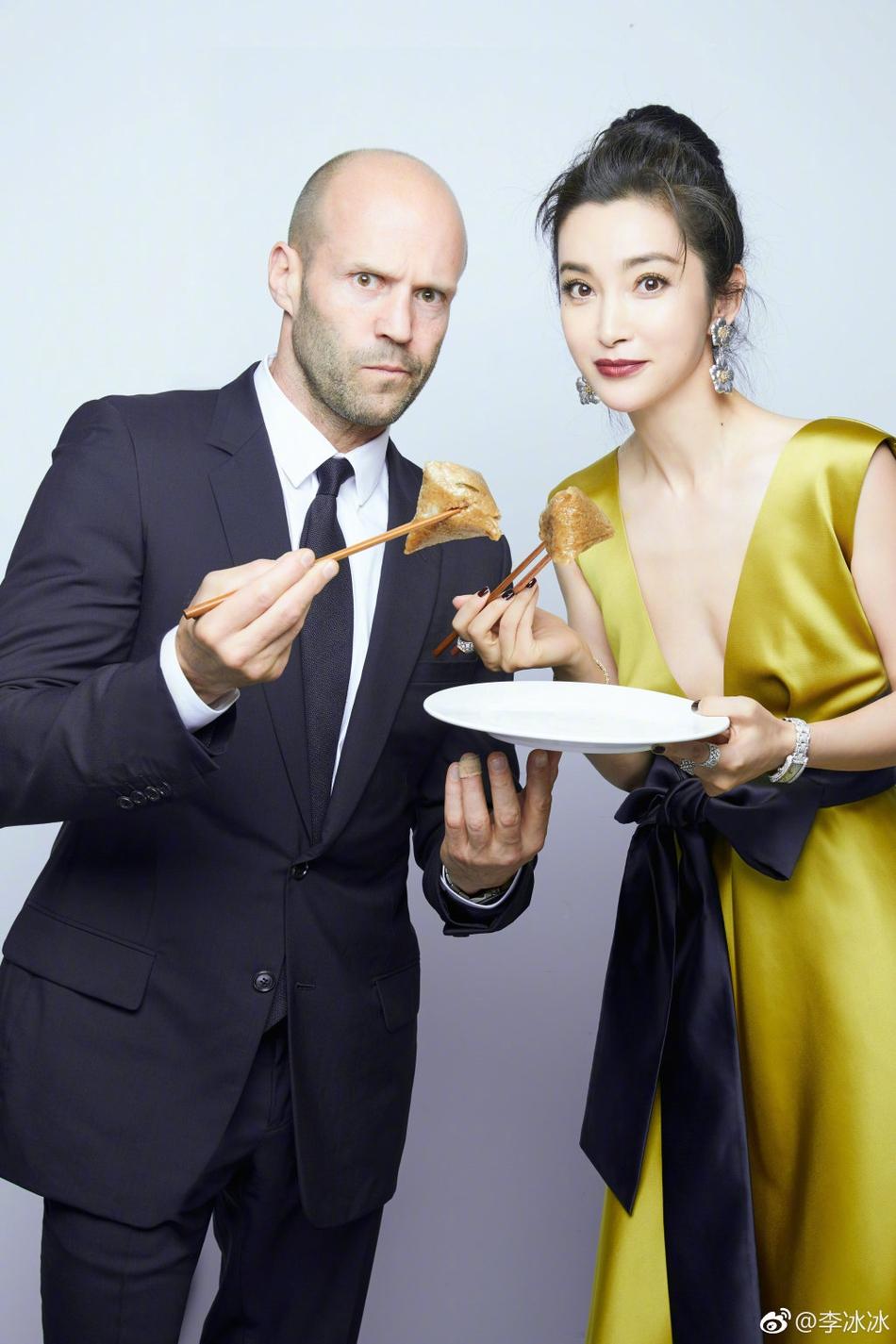 李冰冰与杰森斯坦森吃粽子合照 两人靠肩亲密十足