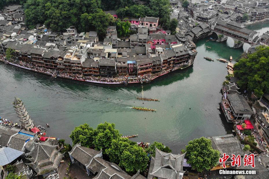 湖南凤凰古城吊脚楼下百年龙舟赛迎端午