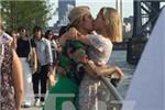 贾斯汀比伯与海莉鲍德街头火热接吻 恋情坐实
