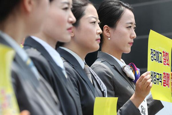 韩国大批遭解雇铁路员工向文在寅请愿 要求复职