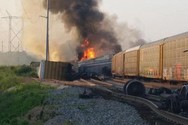 美国一货运列车脱轨 未造成人员伤亡