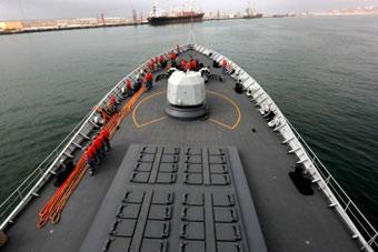 中国海军054A舰停靠阿曼补给休整