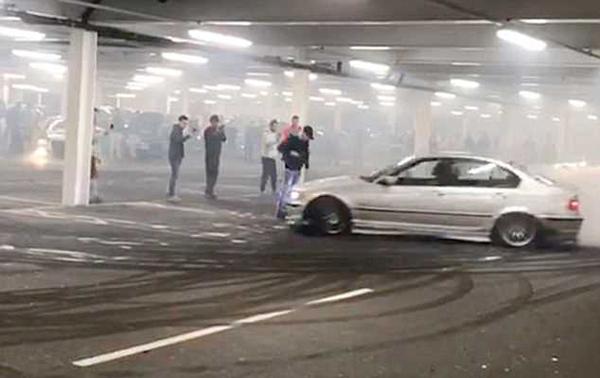 英国车主车库炫耀漂移技术险些酿惨剧