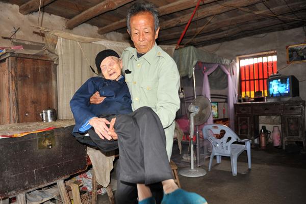 71岁女婿照顾102岁岳母34年 老人是妻子继母