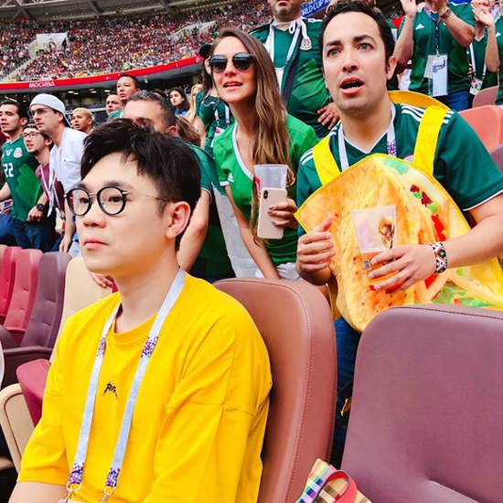 大鹏观战世界杯  德国队意外失利引其一脸懵