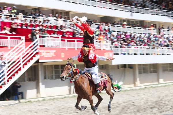 云南迪庆:香格里拉赛马节开幕 各民族群众欢聚一堂