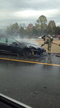 事故频发 特拉斯Model S在洛杉矶街头突然起火