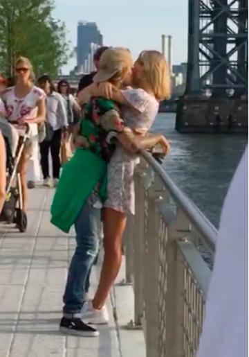 比伯和海莉·鲍德温旧情复燃 桥头亲密拥吻
