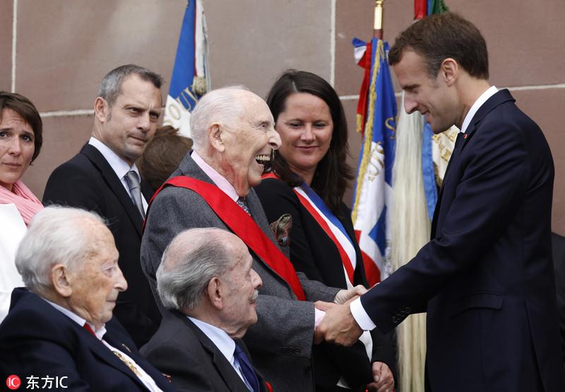 法国总统马克龙出席二战纪念活动 与众人玩自拍