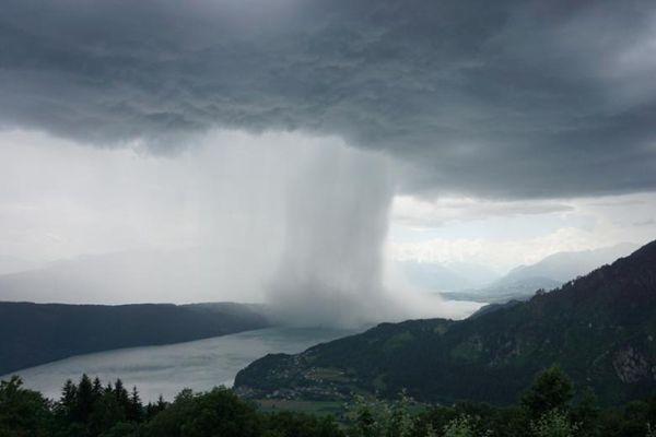 """奥地利云层突然""""破洞"""" 雨水倾泻而下"""