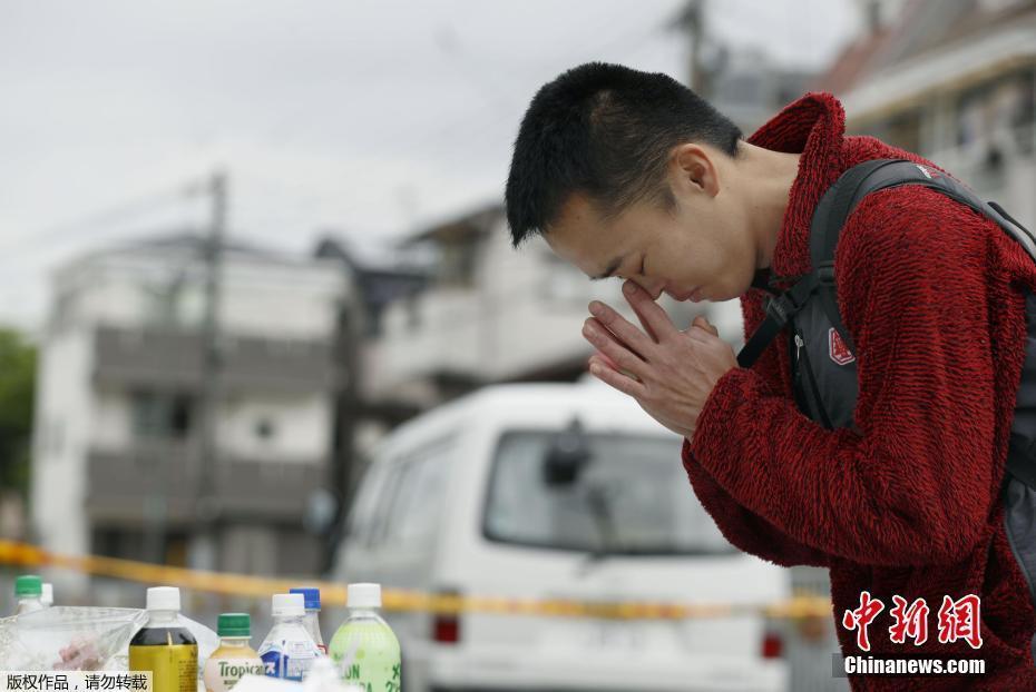 日本大阪发生6.1级地震 民众哀悼遇难者