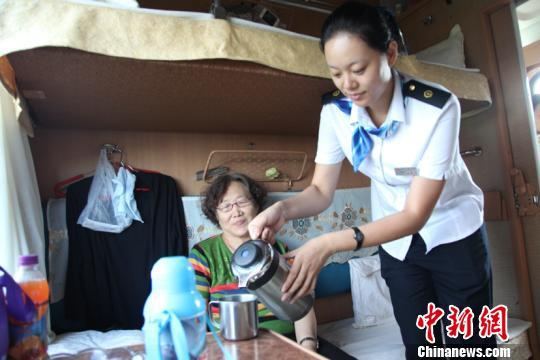 """中国最北铁路""""端午""""小长假运送旅客144万人次"""