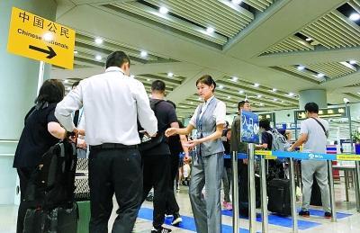 中国公民出入境30分钟通关承诺首日 走专用通道10分钟过关