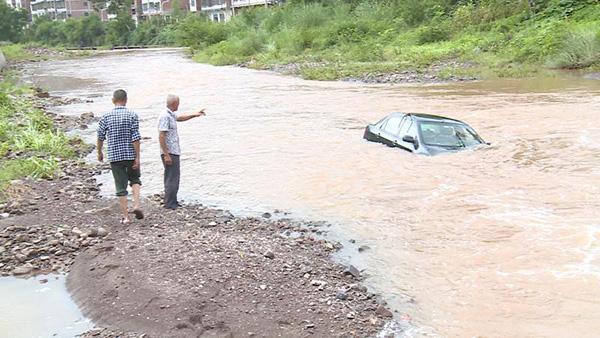 重庆车主驾车抄近道渡河致5人被困,被警民联合救起