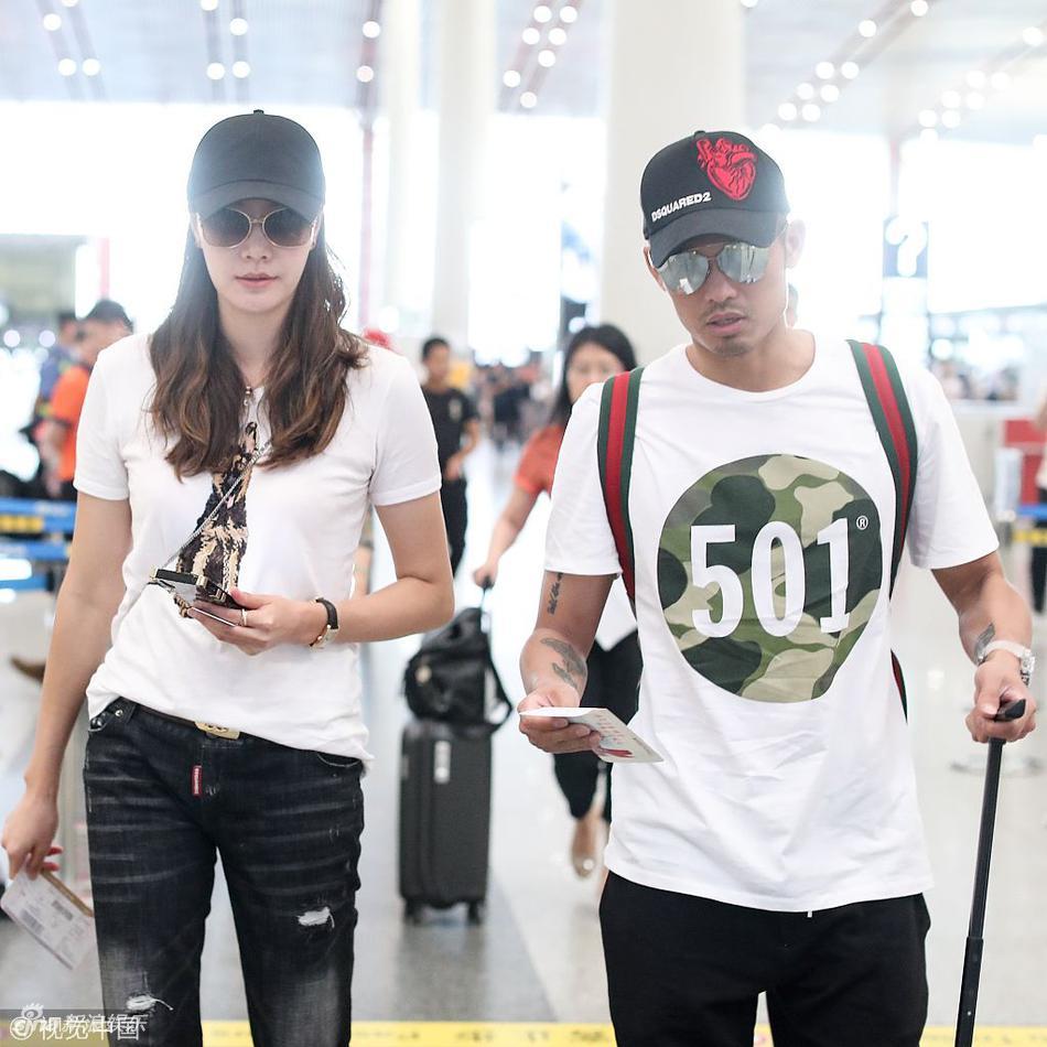 林丹谢杏芳穿情侣装在机场同框 查看机票显生疏